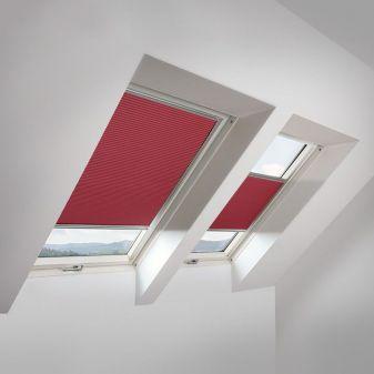 Fakro APF honeycomb plisse rood voor beperking van lichtinval.